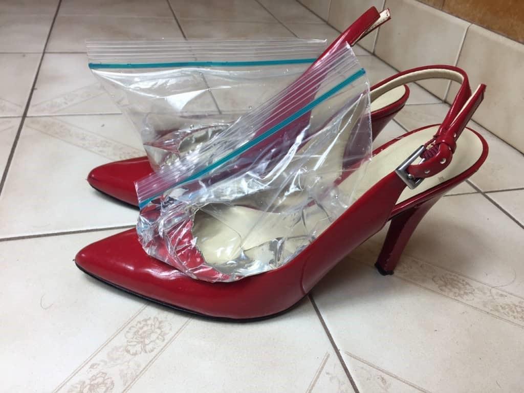استفاده از کیسه آب برای گشاد کردن کفش