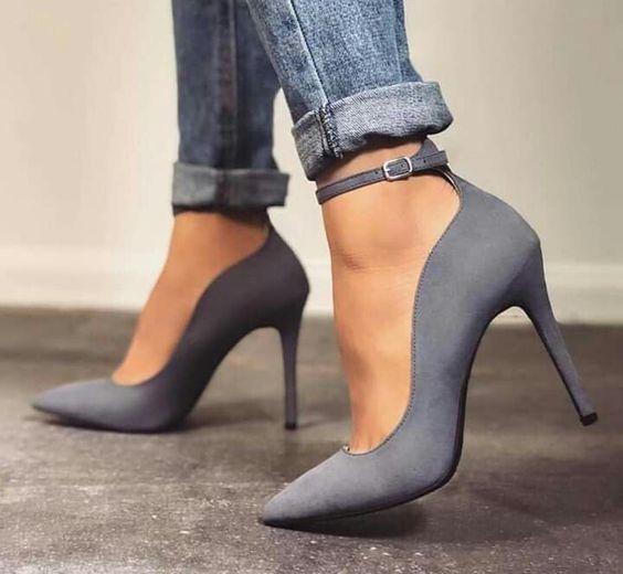 قدمهای کوچک با کفش پاشنه بلند