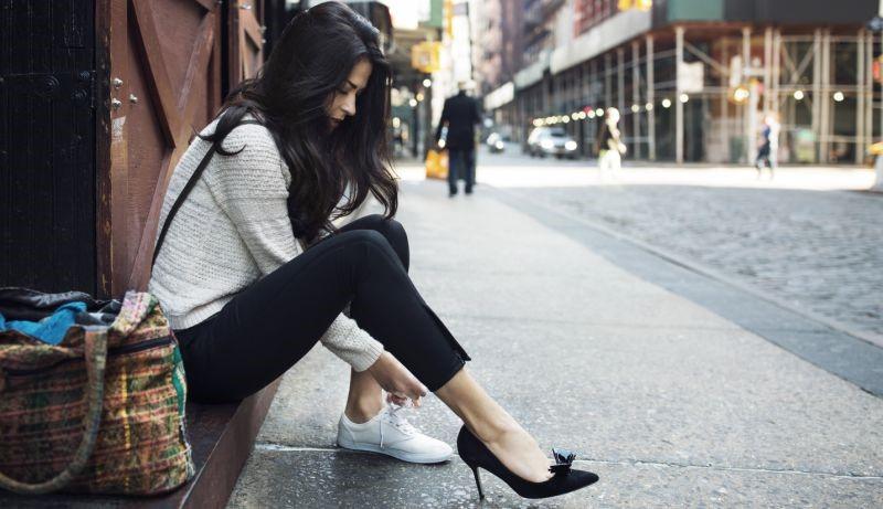 کفشهای راحتی علیه پاشنه بلندها