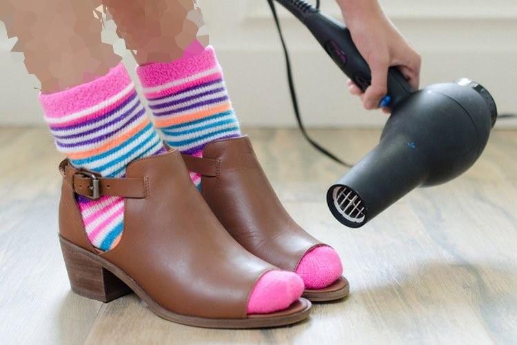 چگونه کفش پاشنه بلند را گشاد کنیم: گرما و جوراب