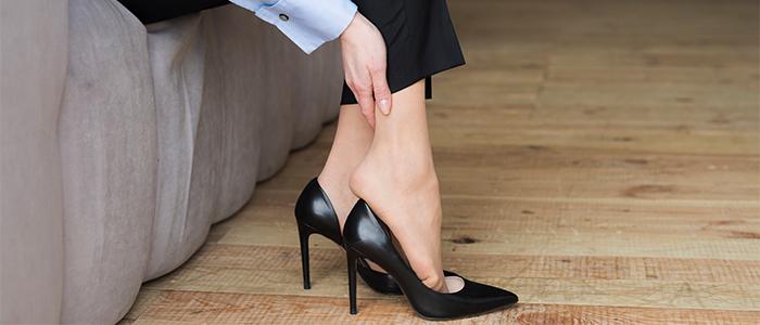 چگونه کفش پاشنه بلند را گشاد کنیم؟ (ترفندهای گشاد کردن کفش پاشنه بلند)