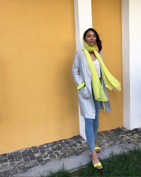شال زرد با مانتوی طوسی