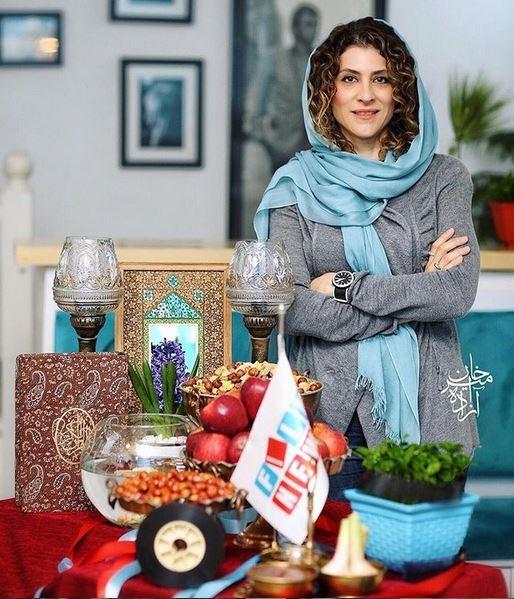 شال یا روسری آبی در کنار مانتو طوسی