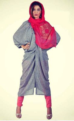 مانتو طوسی با شال یا روسری سرخابی