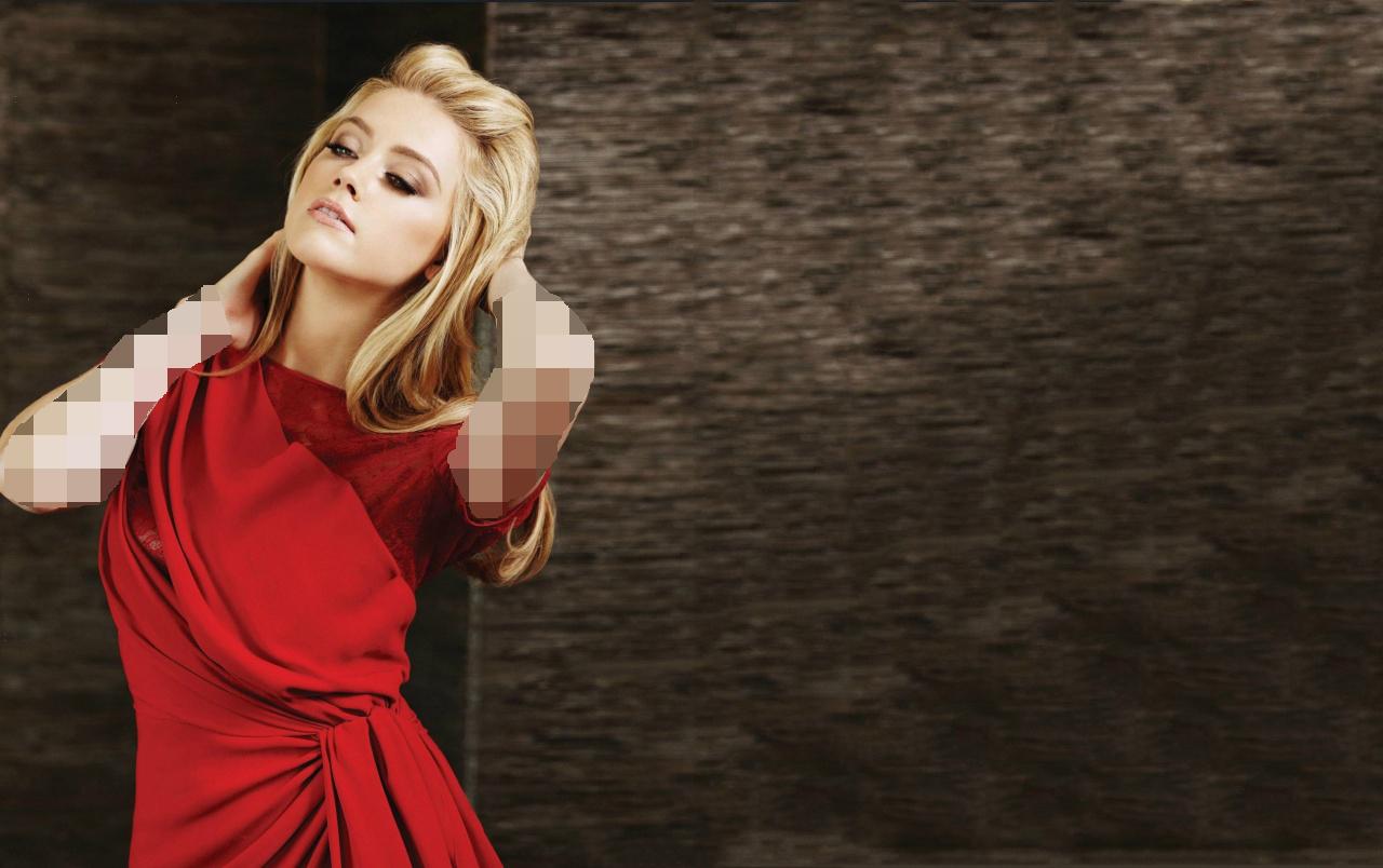 لباس قرمز و موی بلوند
