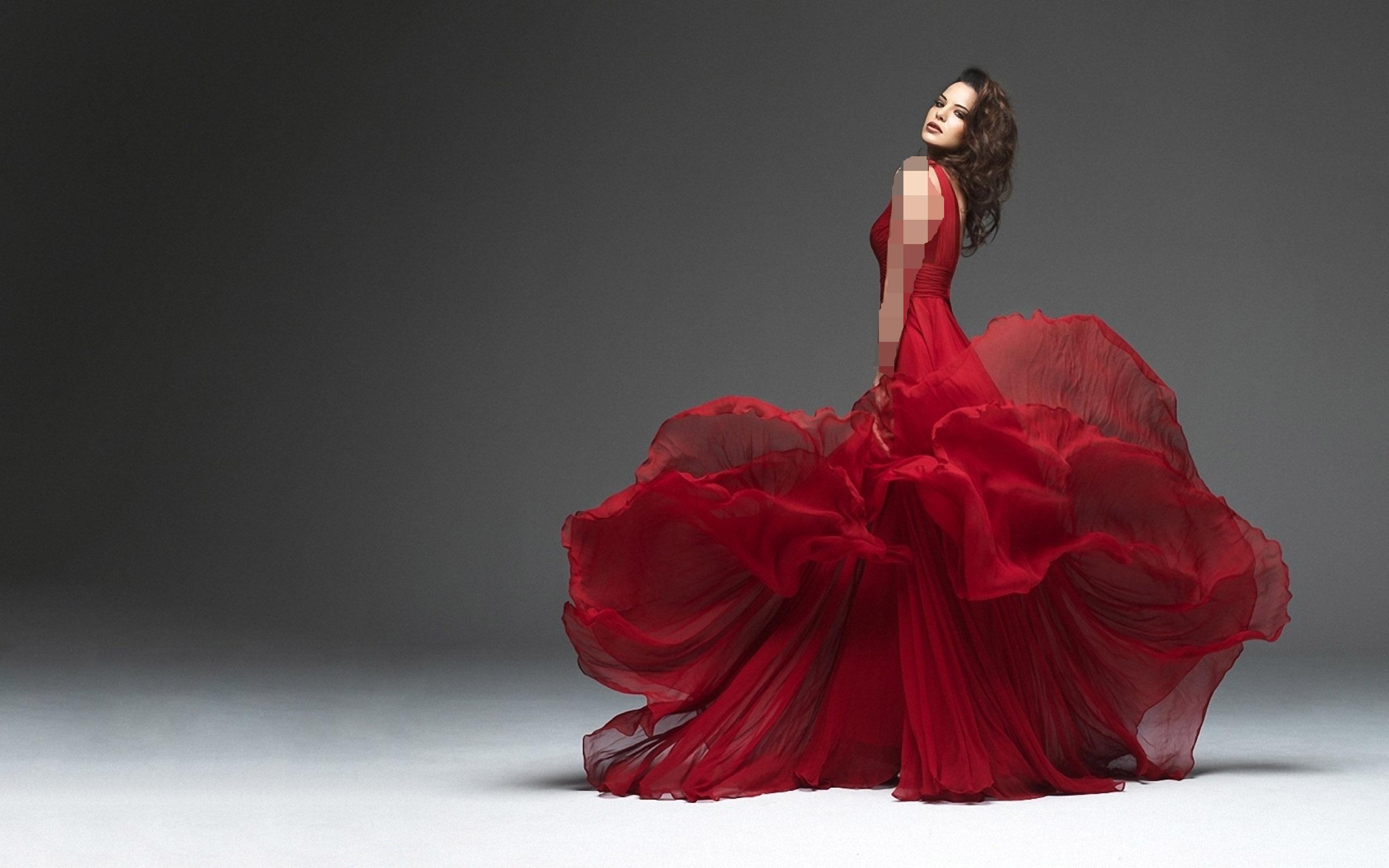 لباس قرمز لاتین و موی تیره