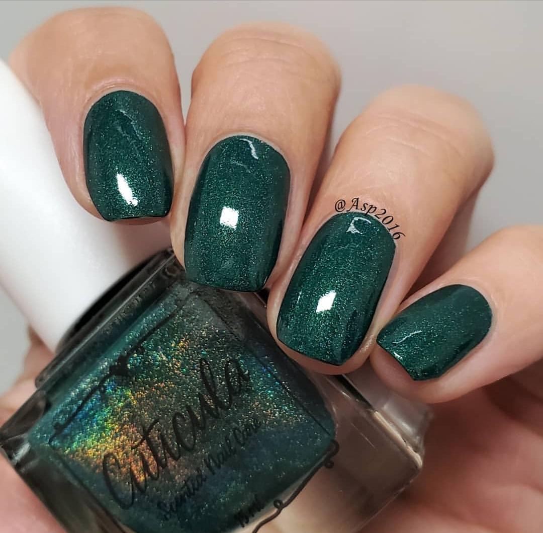 لباس مشکی و لاک سبز