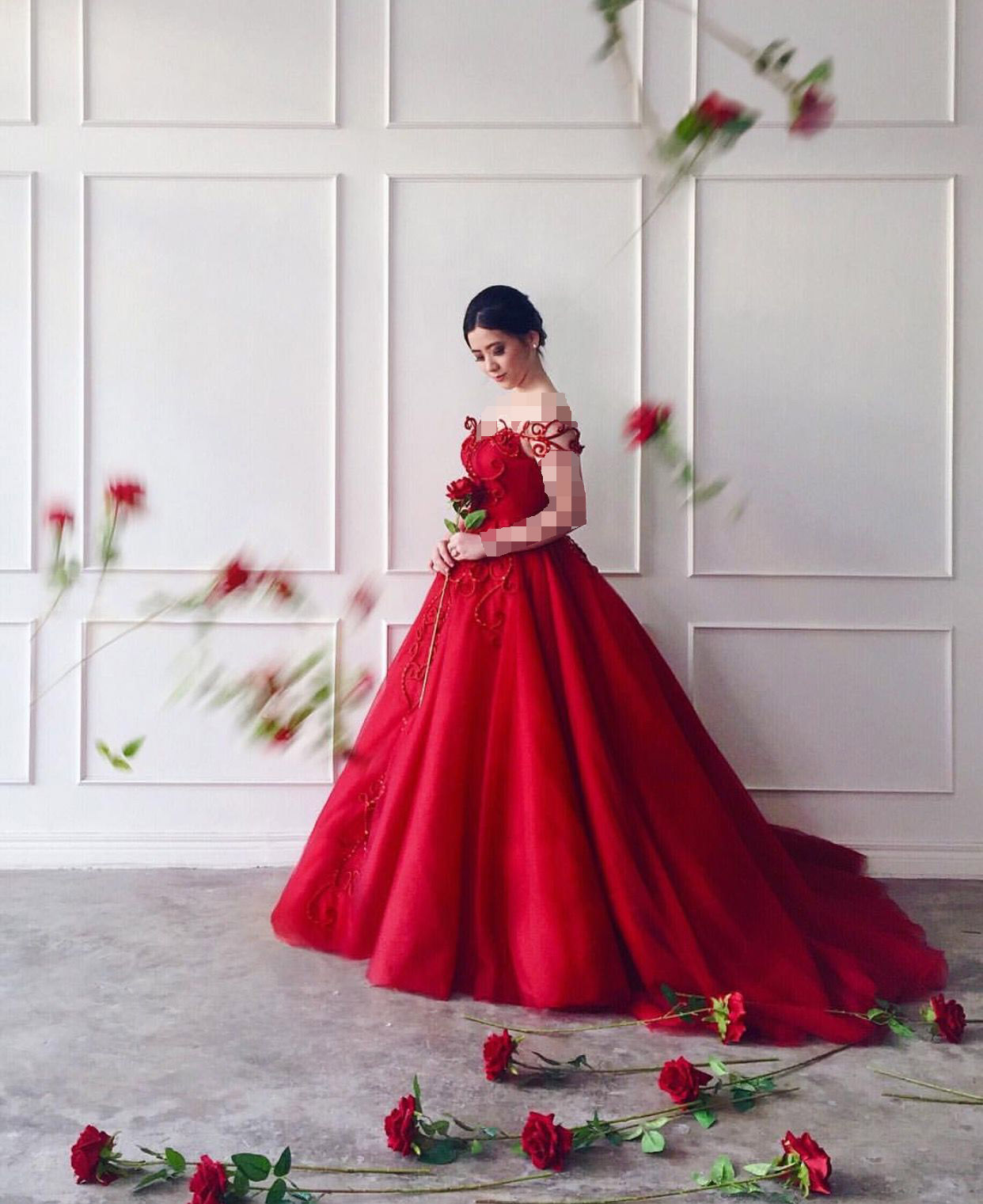 موی مشکی و لباس مجلسی قرمز اناری
