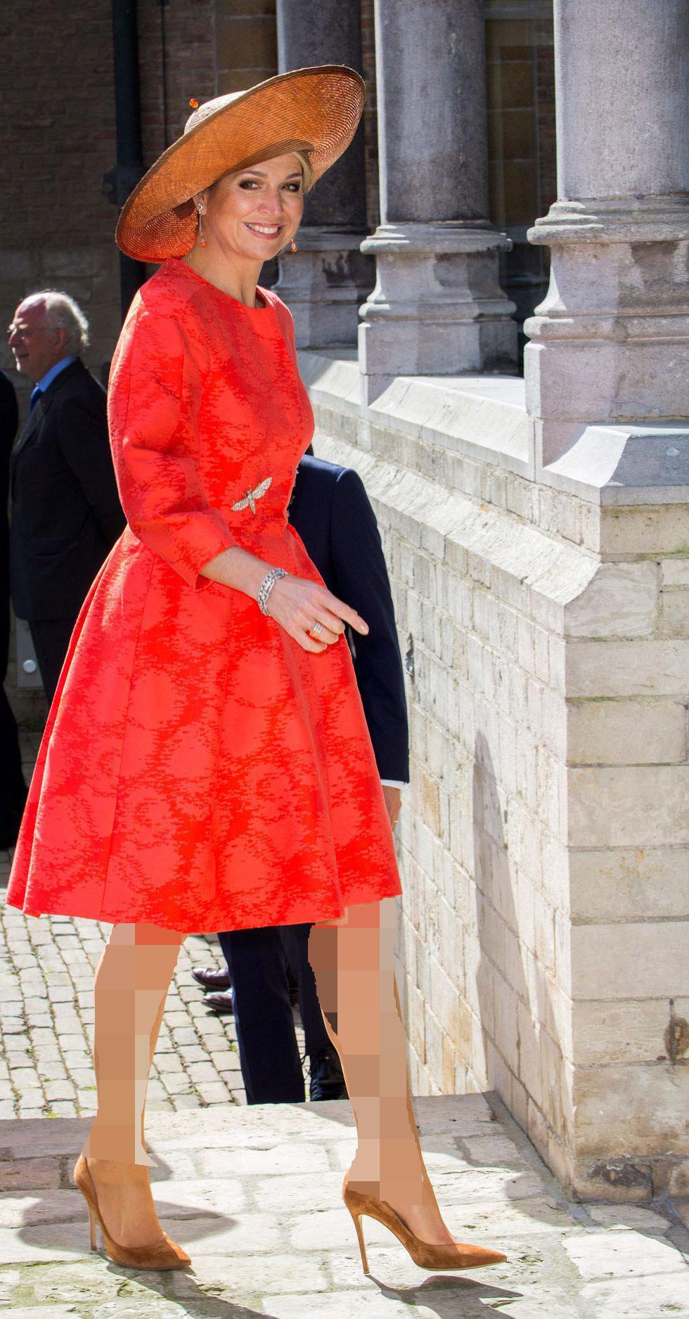 لباس مجلسی قرمز و موی بلوند
